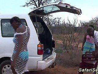 Böse Arsch afrikanische Hacke fickt weißen Kerl während Safari-Tour
